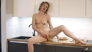 Solo identity card in the kitchen with a mature inclusive - Midge